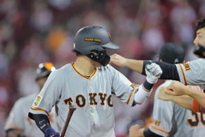 6回2死一塁、吉川尚輝が左越えに2ラン本塁打を放ち、岡本和真に手荒い祝福を受けた(カメラ・橋口 真)