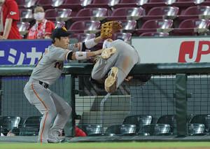 9回2死三塁、ピレラの二邪飛をフェンスに激突しながら好捕した吉川尚輝(左は重信慎之介)(カメラ・橋口 真)