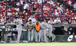 7回2死二塁、2ラン本塁打を放った岡本和真を迎える(左から)パーラ、ウィーラー、重信慎之介、若林晃弘(カメラ・石田 順平)