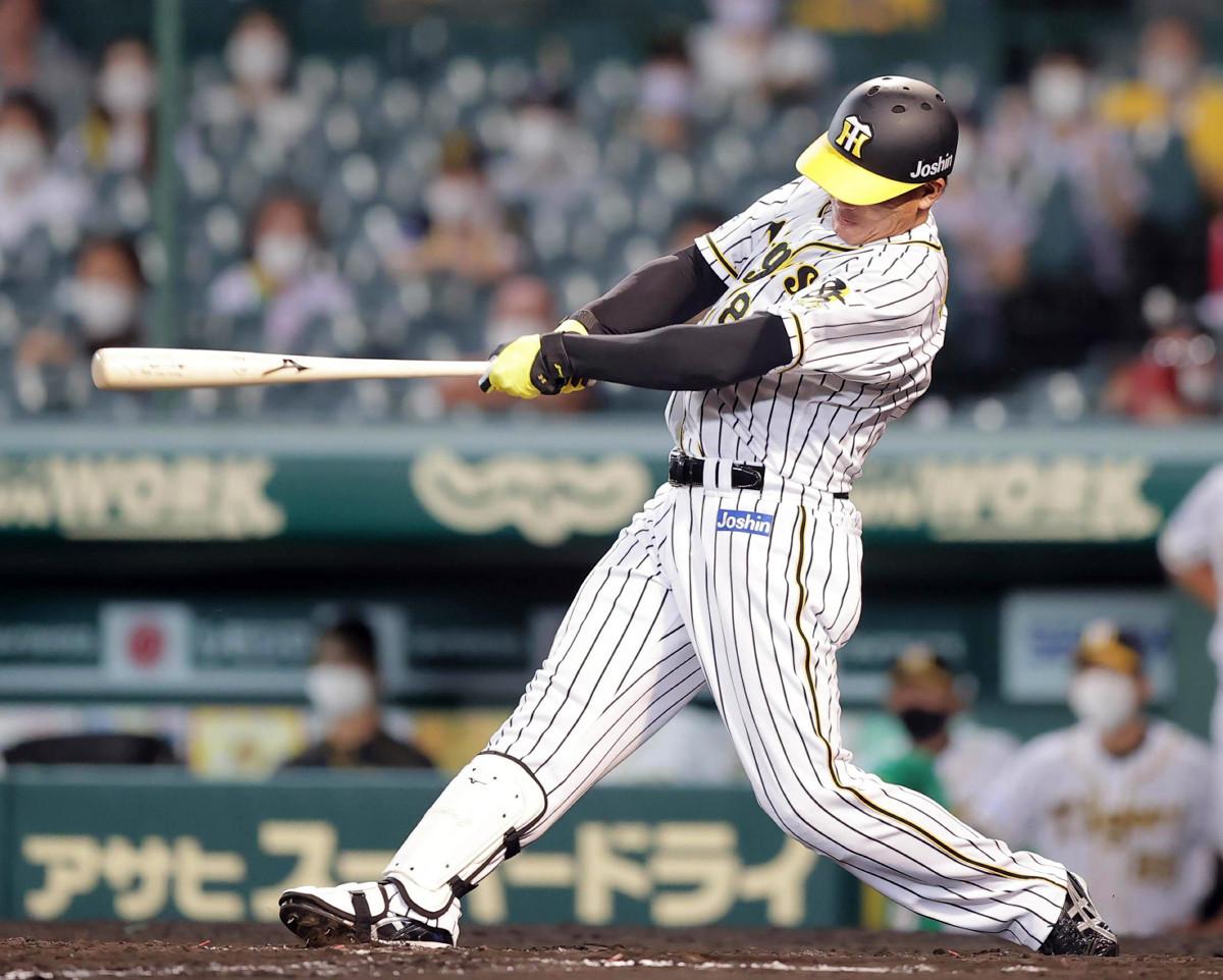 8回1死一塁、福留孝介が勝ち越しとなる中越え2ラン本塁打を放つ
