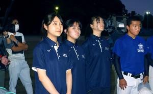 甲子園交流試合の組み合わせ抽選会後、ミーティングで話を聞く遠藤マネ(左端)