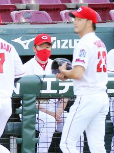 初回に3失点し厳しい表情でベンチに戻る薮田和樹(右)とベンチの佐々岡真司監督