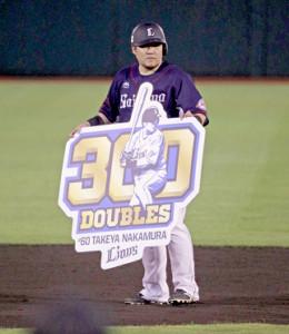4回無死一塁、右中間に二塁打を放ち、プロ通算300二塁打を達成した中村剛也