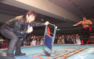 橋本真也さん(右)に電流爆破デスマッチを要求したこともあった大仁田厚(2002年4月29日)