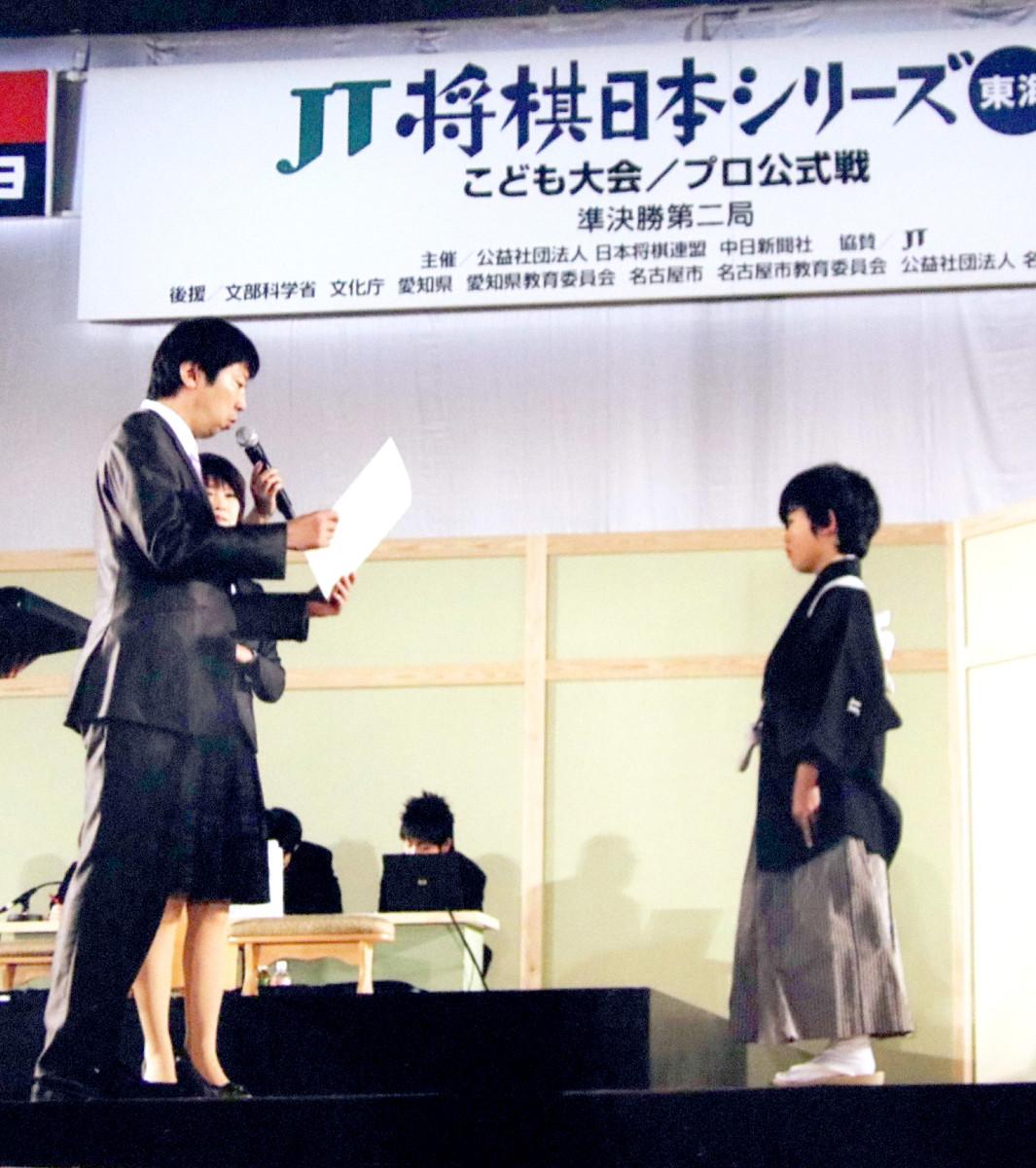将棋のこども大会で藤井少年に表彰状を贈る杉本氏