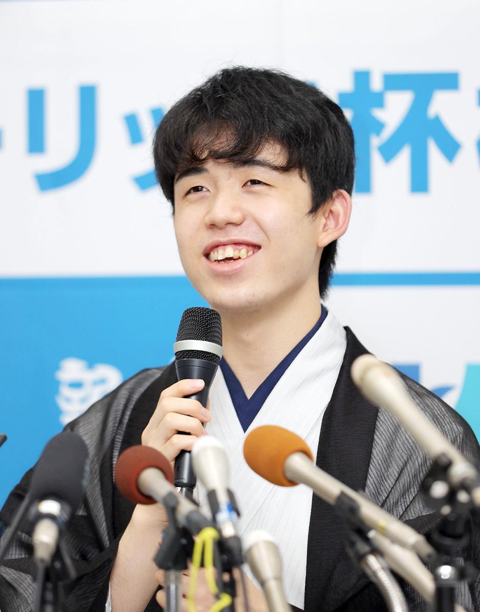 第91期棋聖戦5番勝負第4局で渡辺明2冠に勝利し、史上最年少でタイトルを獲得した藤井聡太新棋聖が笑顔で会見を行う