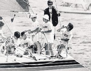 88年、石原裕次郎メモリアルヨットレースで舵(かじ)を   握る石原慎太郎氏(右から3人目)と舘ひろし(同2人目)