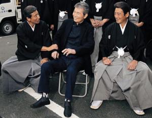 15年、CM撮影を終えた渡哲也(中)(左が舘ひろし、右が神田正輝)