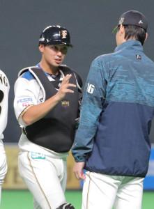 17日の試合にフルイニング出場し勝利投手の有原航平(右)に迎えられる石川亮