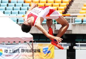 男子走り高跳びで大会新の2メートル14で、昨年の県総体に続き連覇を達成した太田