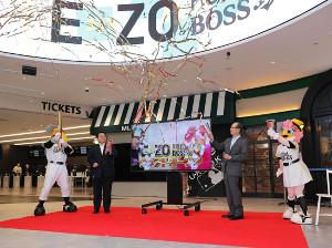 「ボス イーゾ フクオカ」のオープニングイベントに出席したソフトバンク・王貞治会長(右、左は太田宏昭専務)