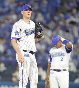 5回1死三塁の場面で降板する先発投手のスコット・マイケル・ピープルズ。右は一塁手のホセ・ロペス