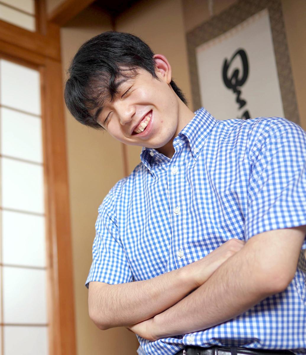 柔らかな表情で質問に答える藤井聡太棋聖