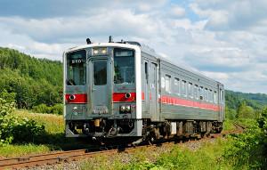 JR宗谷線を走行する列車(JR北海道提供)