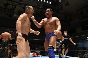 20日の後楽園ホール大会で張り手合戦を繰り広げた鈴木みのる(左)と永田裕志(新日本プロレス提供)