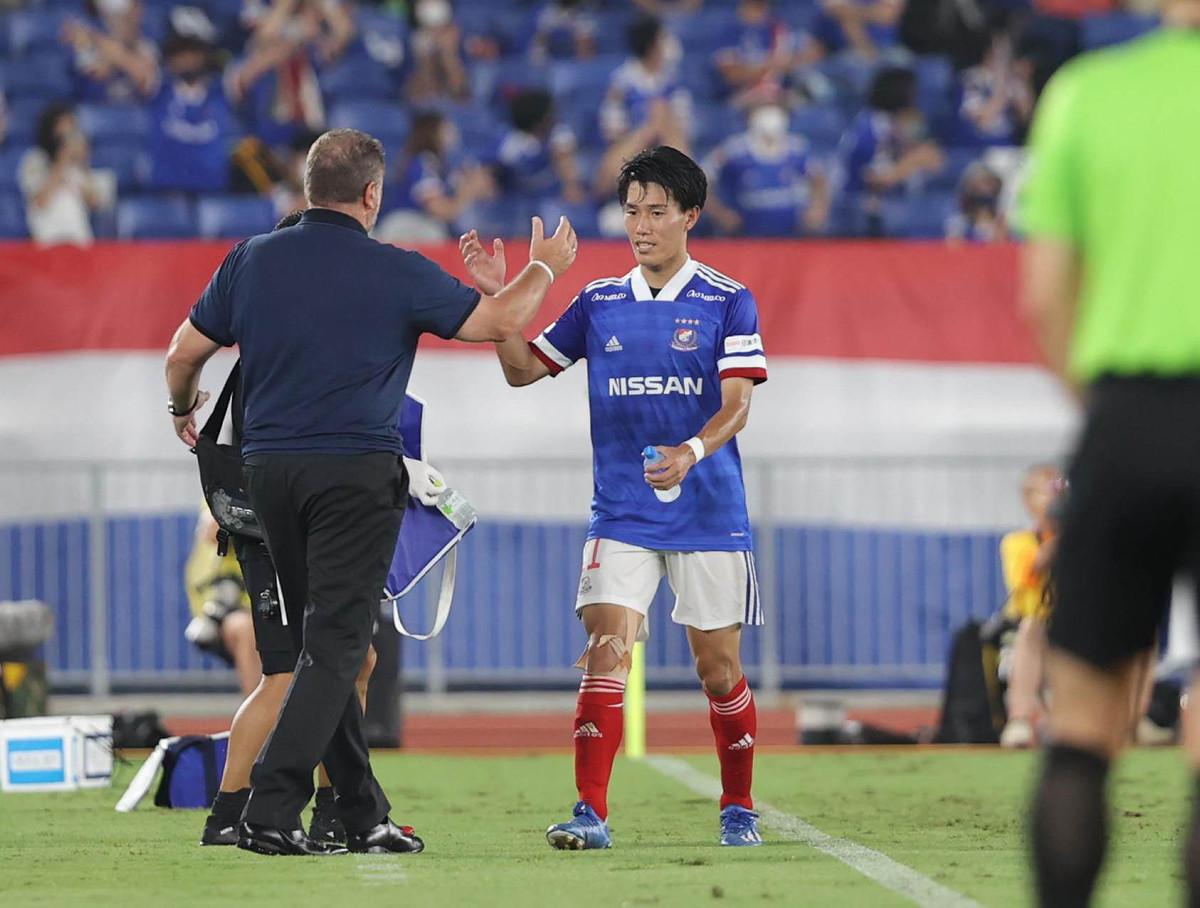 後半20分、ゴールを決めポステコグルー監督(左)とタッチする横浜M・遠藤渓太(カメラ・宮崎 亮太)