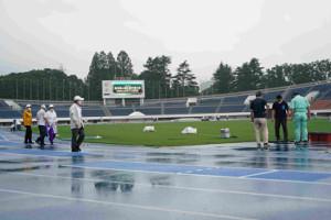 東京選手権開催へ準備を進めるスタッフたち
