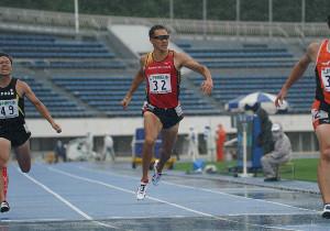 東京選手権男子十種競技に出場した右代啓祐。第1種目の100mで力走した