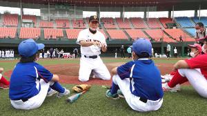 「プロ野球OBフェスタin福島」の野球教室で指導する中畑清氏