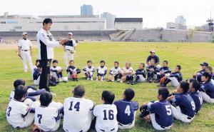 野球教室で子どもたちと向き合うマック鈴木氏(左)