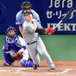 8回無死満塁、岡本が左翼線へ勝ち越しの2点二塁打を放つ(捕手・加藤=カメラ・岩崎 龍一)