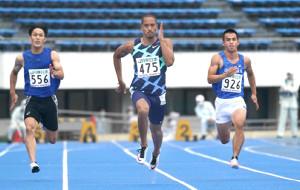 東京選手権男子100メートル予選第9組に出場したケンブリッジ飛鳥(中)(カメラ・太田 涼)