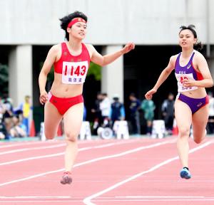 今季初戦の100メートルを11秒95で制した石堂(左、右は恵庭北・加藤=カメラ・小林聖孝)