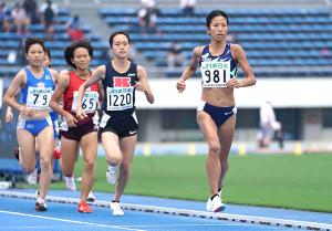 東京選手権女子1500メートルを制した新谷仁美(右端)