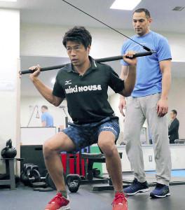 カヌー・羽根田卓也(左)の筋力トレを指導する室伏氏