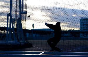 ロンドン五輪を控えた2011年、ナショナルトレセンでの練習で夕暮れの中、ハンマーを投げる室伏氏