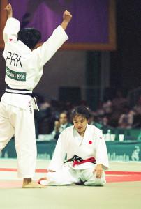 アトランタ五輪柔道女子48キロ級決勝。ケー・スンヒ(左、北朝鮮)に判定負けし放心状態で畳に座り込む田村亮子