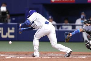 7回無死一塁、投前へバントを決める石川昂弥