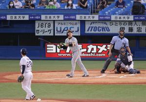 1回2死、丸佳浩が左中間ソロ本塁打を放つ(投手・小川泰弘、捕手・西田明央) (カメラ・生澤 英里香)