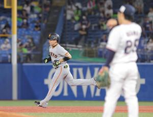 6回2死、小川泰弘(手前)から2本目本塁打を放つ丸佳浩(カメラ・中島 傑)