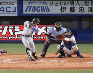 9回1死一塁、松原聖弥が左中間二塁打を放つ(捕手・井野卓)(カメラ・生澤 英里香)