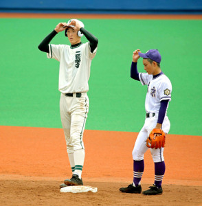 6回2死二塁、適時二塁打を放った二松学舎大付の秋広(左)は身長が2メートルあり、文京の二塁手・陶山と背の高さの違いは歴然