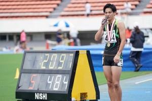 男子200メートルで20秒97の大会タイ記録をマークして優勝した安田圭吾