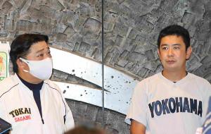 試合中止決定後、取材に応じる東海大相模・門馬敬治監督(左)と横浜・村田浩明監督