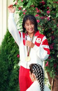 バルセロナ五輪の表彰式で手を上げて笑顔をみせる岩崎恭子さん