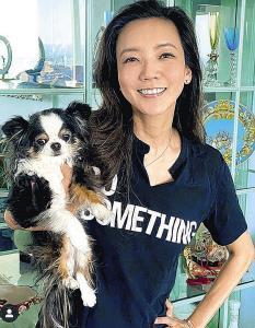 ニューヨークの自宅で愛犬を抱く和央ようか