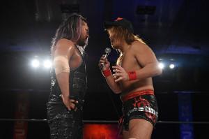2冠王・EVIL(左)と内藤哲也(新日本プロレス提供=愛知県体育館で)