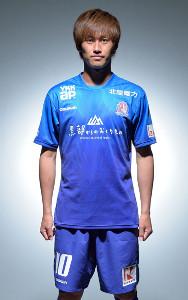 新たに胸スポンサーが入ったユニホームを着用するJ3富山・花井聖(カターレ富山提供)