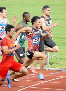 18年8月、アジア大会男子100メートルで銅メダルを獲得した山県(右から2人目)