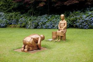 慰安婦像にひざまずき謝罪する安倍晋三首相を模した像(ロイター)