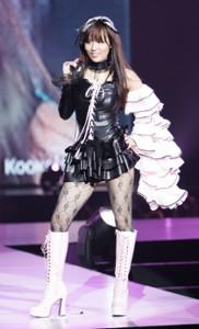 神戸コレクションに初出演したにしおかすみこ(2008年8月23日撮影)