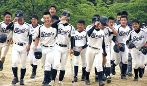初の全国大会出場を決め喜ぶ大阪和泉ナイン