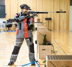 立射で構える平田(日本ライフル射撃協会提供)