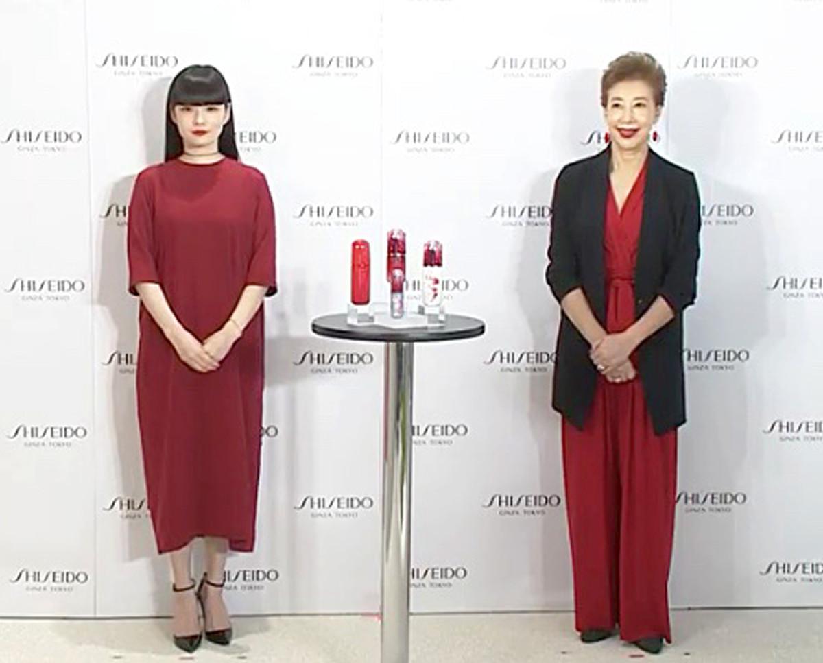 発表会に出席した秋元梢(左)と前田美波里