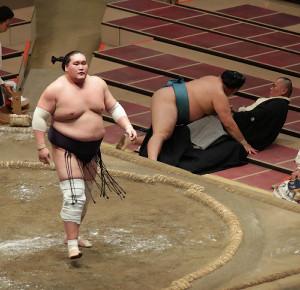 照ノ富士(左)は、寄り切りで玉鷲を破る