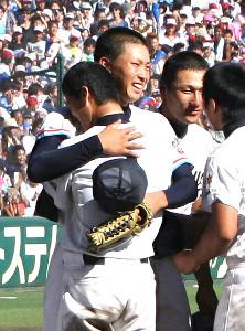 試合終了でお互いの健闘を称え日本文理・伊藤と抱き合う中京大中京・堂林